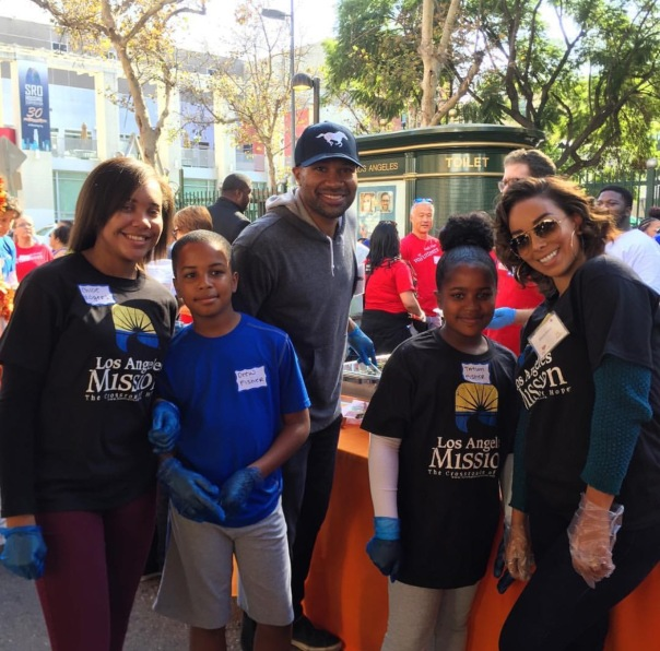 Derek fisher and Gloria govan - helping for thanksgiving - Westpoppn.com
